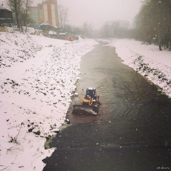 Что-то не так в этом городе Просто трактор в реке >.<