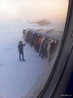 Тем временем в России. ТУ-134 примерз к полосе. «Пришлось толкать». ФОТО очевидца из морозной Игарки.