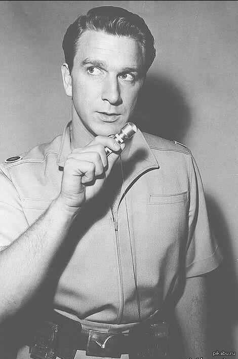 Актер: лесли нильсен – канадский и американский актер, звезда таких легендарных комедий, как «голый пистолет», «ребенок напрокат», «без вины виноватый», «шестой элемент» и многих других. Родился 11 февраля 1926 года в городе реджайна, в канаде, куда его мать эмигрировала из.