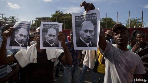 Please help us Протестующие призвали российского президента Владимира Путина помочь освободиться от поддерживаемых США властей республики.