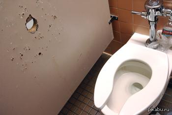 Сомнительного вида кабинка в туалете на ЖД вокзале. Все время опасался визита ''незваного гостя'' и заткнул дыру бумагой.