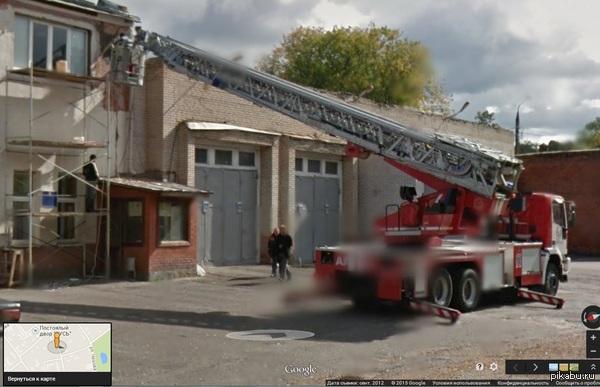 Информация в кадре совсем не новогодняя, но как говорится лучше поздно, чем никогда. Пожарный автомобиль идет на помощь.  https://www.google.ru/maps/@54.9115553,37.4193185,3a,25.6y,109.78h,93.87t/data=!3m4!1e1!3m2!1sqj-OrIB-jusulgFdJFY7_w!2e0