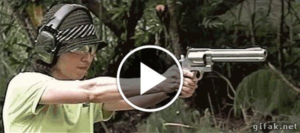 Пригласительные, гифка бабушка стреляет из пистолета