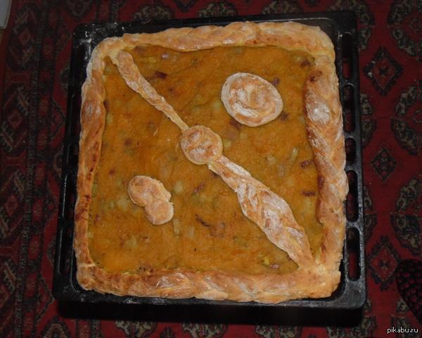 Мама испекла тыквенный пирог, похожий на значок DOTA 2 сорри за тапок