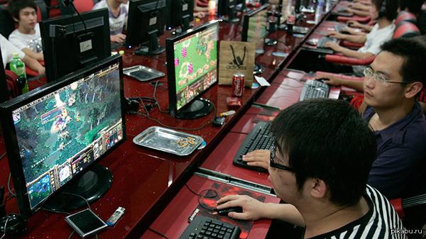 32-летний тайваньский геймер умер в интернет-кафе после 3-х дней непрерывной игры. Остальные посетители и работники заведения думали, что он просто уснул (такое с ним уже случалось). А 1/01/15 ещё один умер после 5 дней беспрерывной игры...