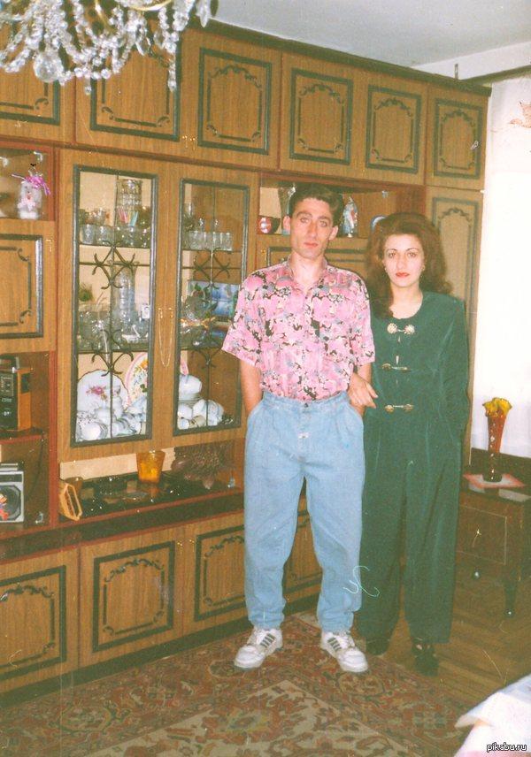 Ох уж эти 90-е... Рылся в шкафу, нашел пару фотографии своих родаков. Стайл на уровне :D То самое время, когда рухнул железный занавес СССР, и начали набирать популярность различные западные вещи.   92-94 год, точно сказать не могу.