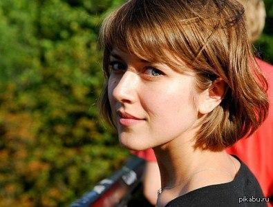 Анна Кузина (Яна из Универа) Думаю с более длинными волосами ей больше идет. Кстати ей 34 года