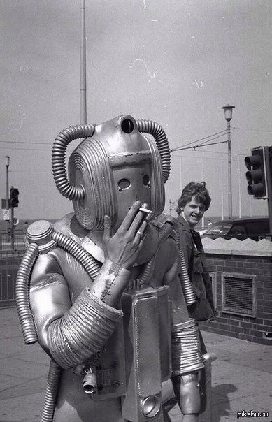 "Кибермен во время перекура. На съёмках сериала ""Доктор Кто"", 1980-е"