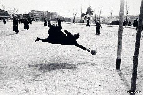 Семинаристы играют в футбол Воспитанники семинарии играют в футбол, Испания, 1962 год