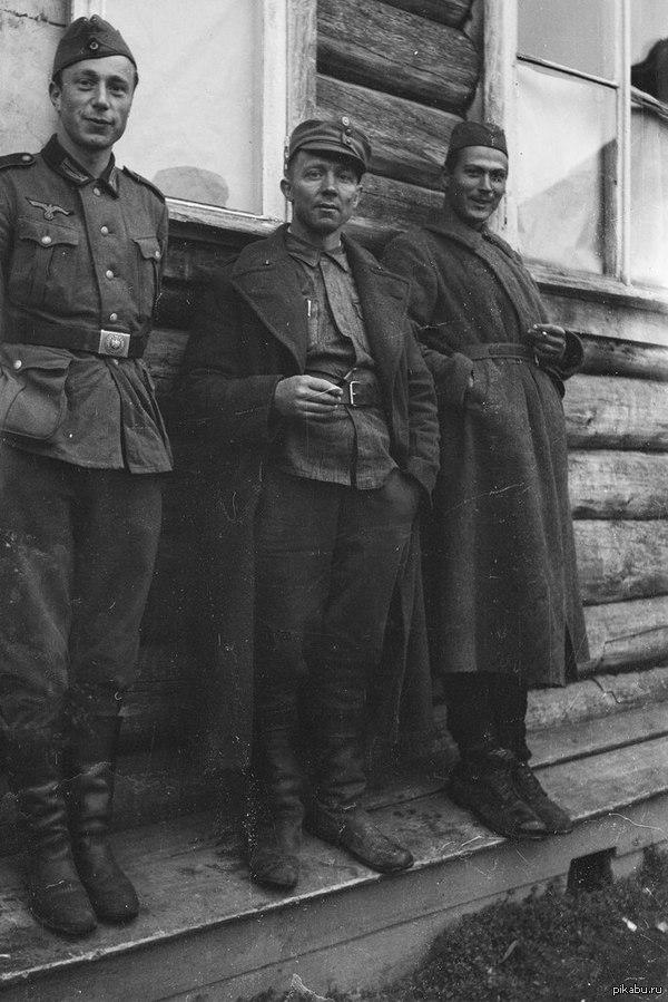 Перекур Немецкий, финский и советский солдаты перекуривают в дружной обстановке.    Карелия, сентябрь 1941 года.