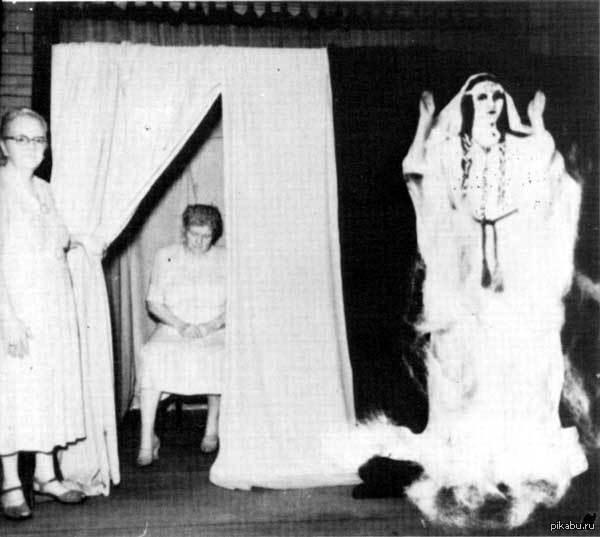 """Фото со спиритического сеанса в 30-х годах. Фото """"призрака"""" индийской девушки Силвер Бель На данном фото изображен призрак, который видели 81 человек. Медиуму удалось вызвать индийскую девушку, которую прозвали Силвер Бель. Никто не заметил подвоха."""