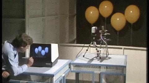 1982 год, один из первых прототипов сенсорного экрана. и угадайте, для чего его использовали? p.s. гифка 2.5 мб, полное видео в комментариях.