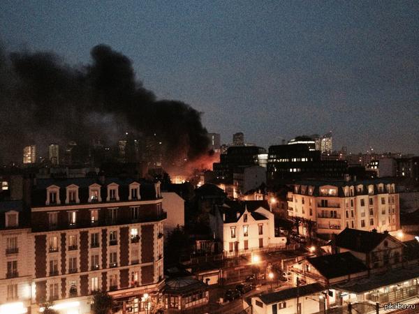 ЕвроНовости. В Париже взорван автобус. Причина пока не известна. Больше фото под катом.