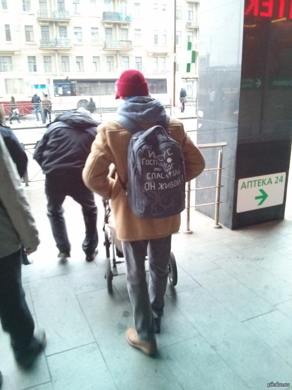 Я все понимаю, но этого не понимаю.. На выходе из Питерского метро. Парень с девушкой, у парня нашивки на рюкзаке. И на коляске: Спасибо Иисусу и еще что-то..