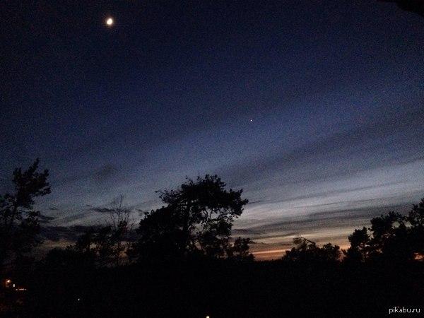 Просто красивое небо после заката ^^ Вот только если увеличить картинку.. то нифига красивого не будет о.о (На мобильнике не всё так плохо выглядело D:::)