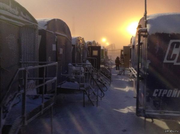 Вагон городок в поселке Бованенково Фото без фильтров. Просто была метель и подходящее освещение.