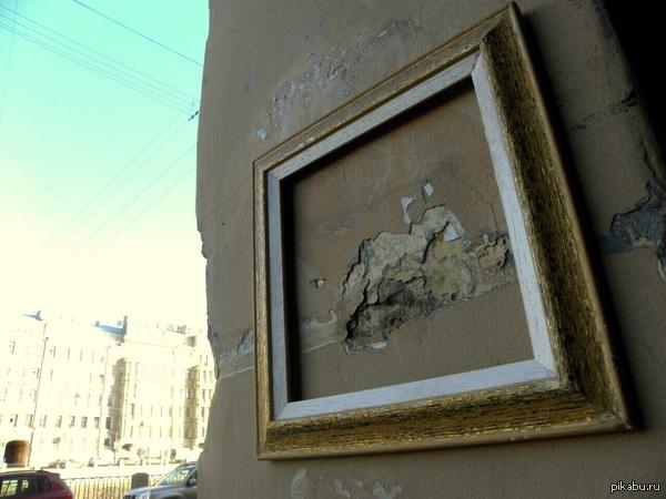 Современное искусство по-питерски Таким образом автор ,он же уличный художник Денис Тоф ,призывает обратить внимание на разрушение исторических памятников и зданий