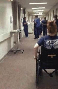 """""""Девочка, которая была парализована последние 11 дней, решила удивить свою медсестру"""""""