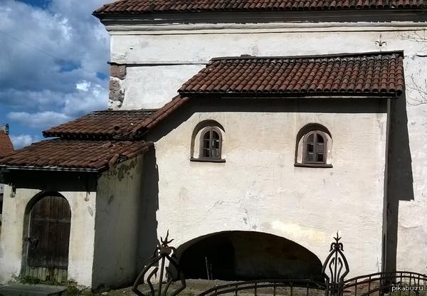 Грустный дом Был на праздниках в Выборге (Лен. область), и когда просматривал фотки, нашел такой вот грустный домик. А вообще там классная архитектура!
