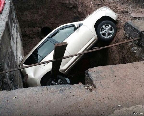 Ремонт дорог в Уфе Улица Сата Агиша. Более 2 недель назад на очень загруженной транспортной артерии раскопали несколько очень глубоких ям. Наверное все лето так будем.