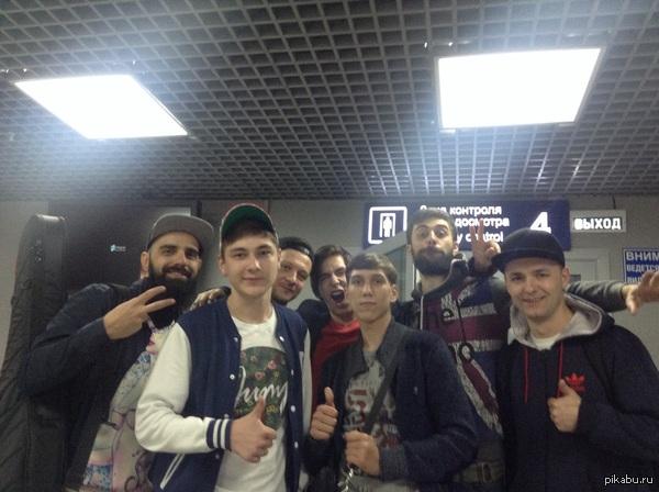 """Встретились в аэропорту Томска с группой """"Градусы"""", у которых за день до этого были на концерте Классные ребята, хоть и уставшие, но согласились"""