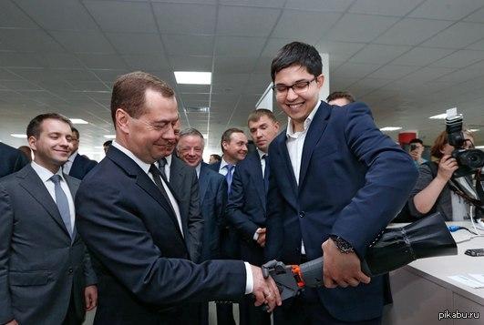 На фото: молодой ученый брезгует здороваться за руку с Дмитрием Медведевым.
