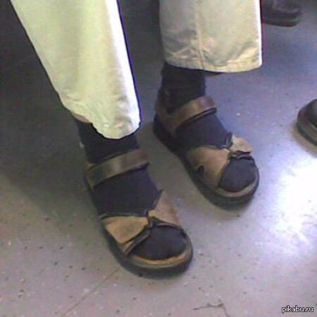 Парень с зубами снял грязные носки девушке и начал лизат ей ноги