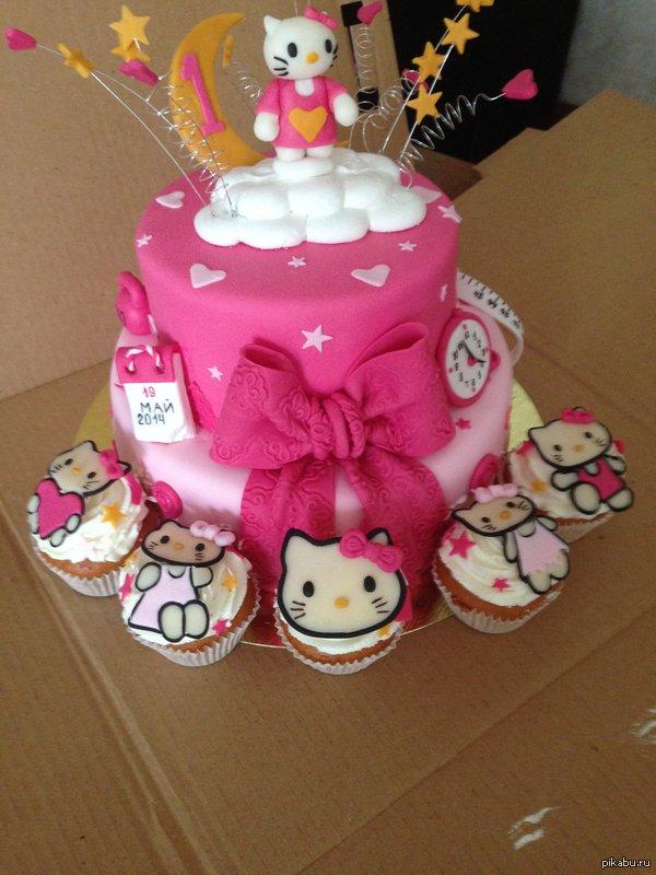 У сестренки был годик. Тетя заказала такой торт. в календаре написан день рождения, на часах время рождения, а с другой стороны её вес и рост при рождении.  Фотографировал на iphone5.