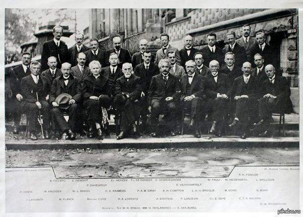 """Фотография участников V Сольвеевского конгресса """"Электроны и фотоны"""" 24-29 октябра 1927 года.  17 из 29 уже получили Нобелевскую премию, а остальные лауреаты, поэтому эту встречу ещё называют """"встреча великих""""."""