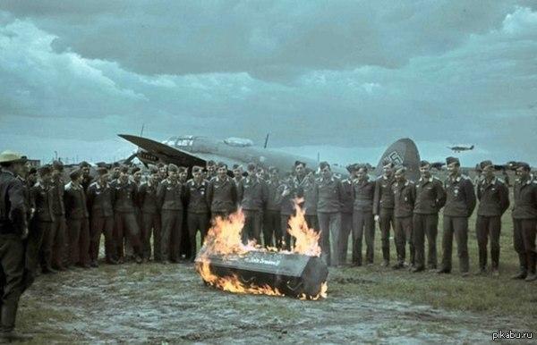 Новые пилоты Люфтваффе перед своими первыми полетами делали кое-что особенное - сжигали гроб с собственными страхами. Предполагалось, что после этого летчики уже совершенно ничего не будут бояться.