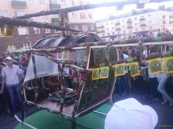 Самый большой колбасный вертолет в мире на день города в Кумертау сделали самый большой колбасный вертолет. фото не мое.  P.S. ожидал большего