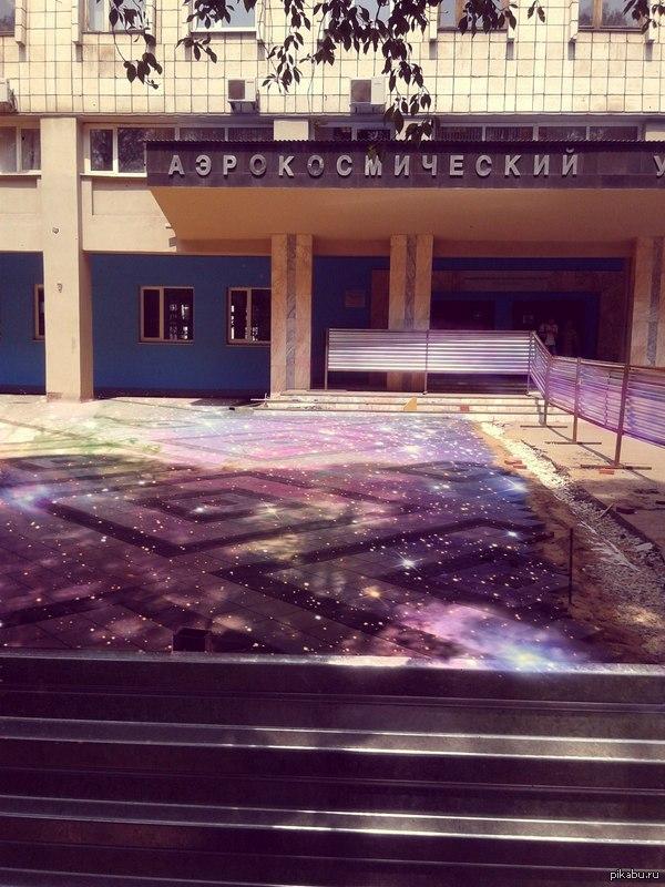 Аэрокосмическая плитка Студентам не понравилась новая плитка у университета. Кто то видит ее так.