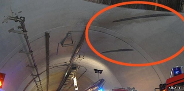 Люди а черном существуют)) В Германии , 24 -х летняя водитель на внедорожнике Тойота развила такую скорость, что умудрилась проехать по потолку туннеля.