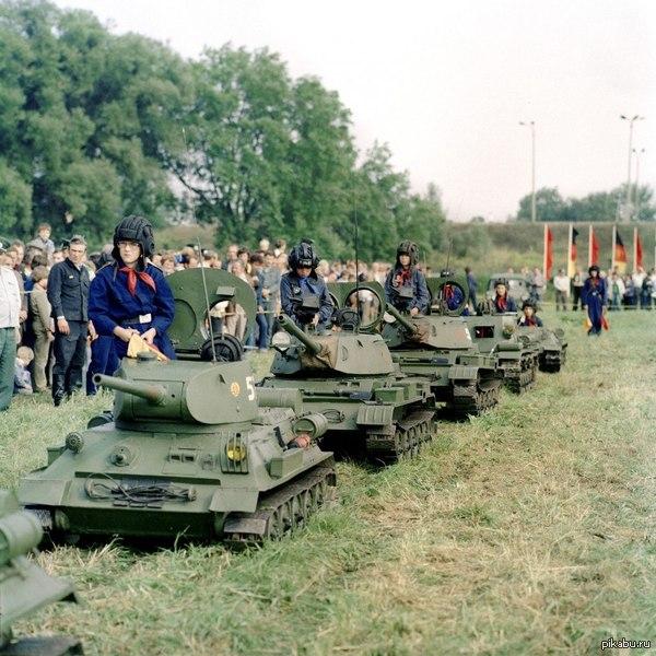"""Техника """"Пионерской танковой бригады"""" (детская техника сделана под Т-34, Т-34Т, Т-55 и СУ-100) из Бад-Шмидеберга. ГДР, 1978 год"""
