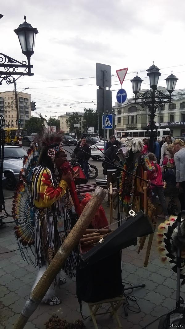 Индейцы Вчера видел на улице индейцев. Они были одеты в национальные костюмы, играли на музыкальных инструментах и танцевали. Фото сделано на Nokia Lumia 520.