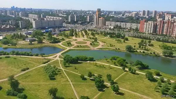 Санкт-Петербург, вид на парк Интернационалистов с крыши 27-этажки Производственная практика проходит довольно весело :D PS Фоткал на Samsung Galaxy S4