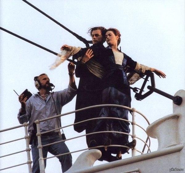 """Джеймс Кэмерон учит пикапу молодого Ди Каприо... фото со съемок """"Титаника"""""""
