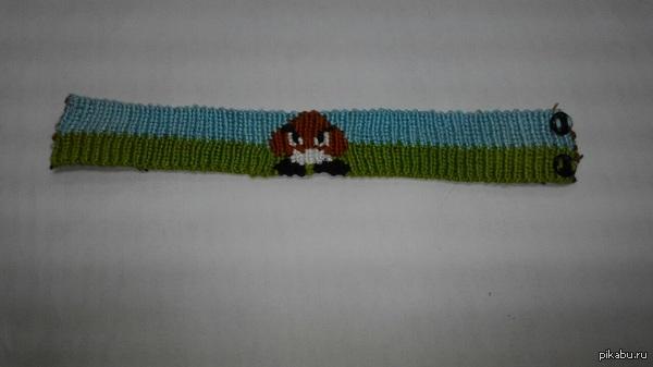 Фенечка Сотрудница плетет фенечки, эта сделана по моему заказу