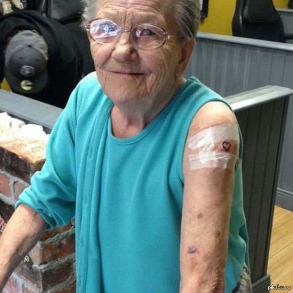 79-летняя жительница Ирландии сбежала из дома престарелых, чтобы сделать свою первую татуировку. На вопрос журналистов о том, что подумает её семья, пожилая женщина ответила: Меня не еб*т. В моём возрасте вы просто должны жить полной жизнью каждый день.