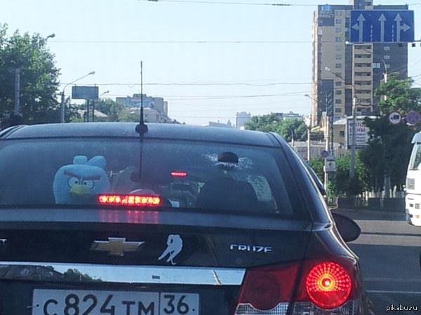Шайба в стекле! Видел в Воронеже! Шайба застрявшая в заднем стекле автомобиля. Стекло реально разбито. Это не муляж. Фоткал в пробке на Galaxy Note.