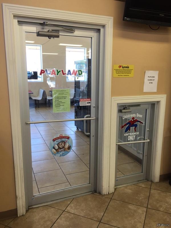 В игровую зону сделали дверь специально для детей
