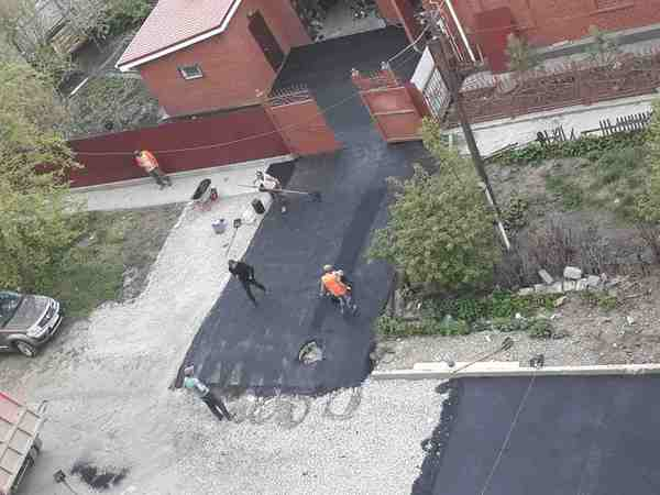В Челябинске во время ямочного ремонта рабочие заасфальтировали двор частного коттеджа Челябинск, Асфальт, Коттедж, Длиннопост