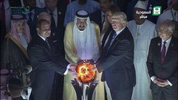 Ничего необычного, просто Трамп с саудитами приложили руки к шару, символизирующему Землю. Трамп, Политика, Саудиты, Иллюминаты, Заговор, Теория заговора