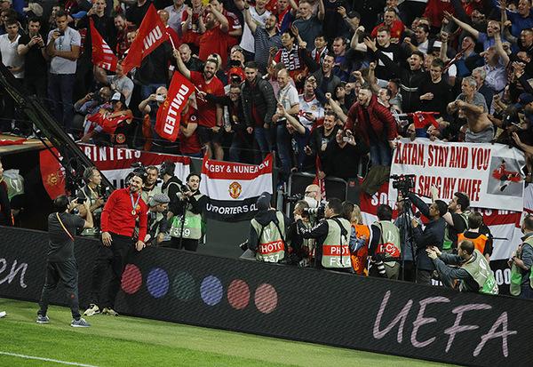 Златан сфотографировался с главным баннером вчерашнего финала Ибрагимович, Златан, Манчестер Юнайтед, Лига Европы