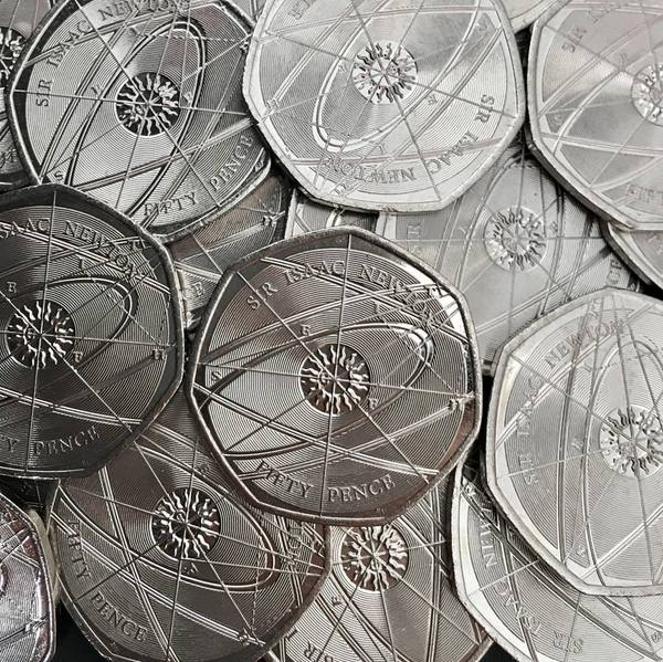 Новые 50 пенсов этого года в Великобритании, приуроченные к юбилею Исаака Ньютона