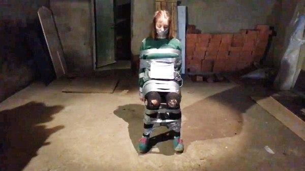 Девушку привязали к стулу и включили таймер. (Социальный эксперимент) привязаннаядевушка, девушки, таймер, радио, реклама, стул, длиннопост