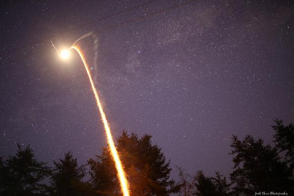 Фейерверк выглядит, как настоящий запуск ракеты