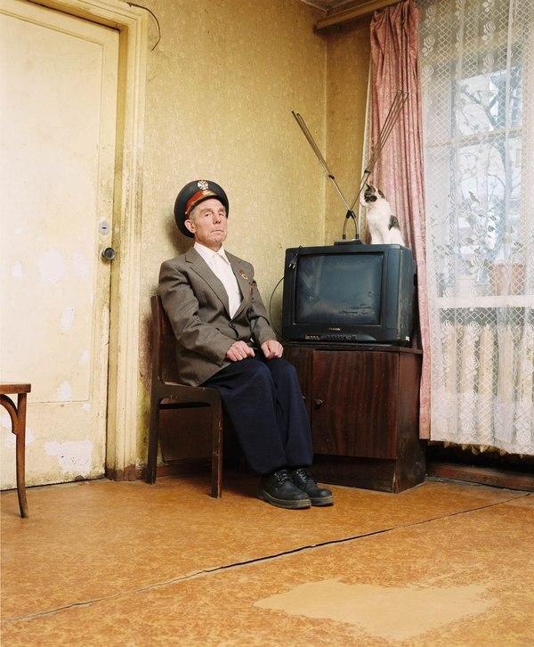 Милиционер в отставке Александр Зелексон в своей квартире. Милиция, фотография, отставка