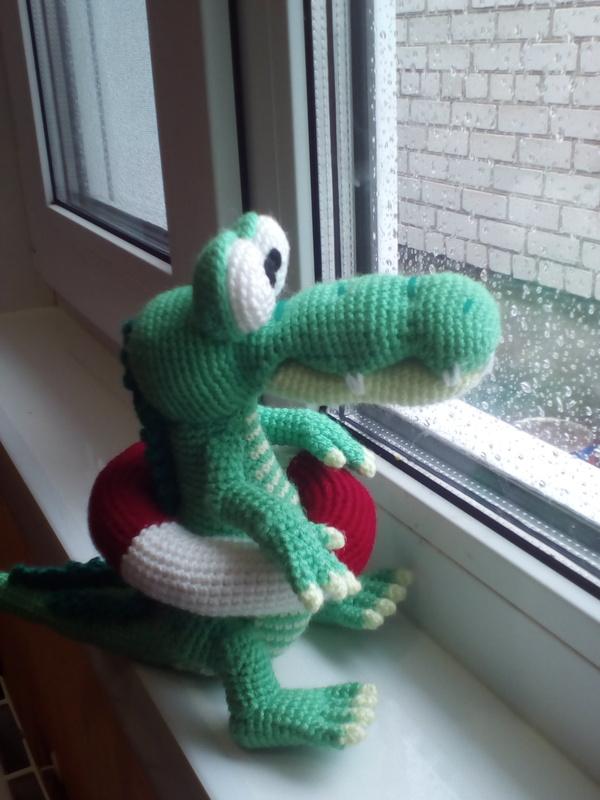 Связала крокодила. Он очень не доволен летом.