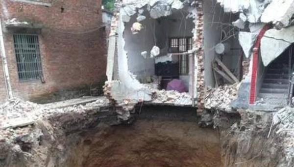 Женщина провалилась под землю во сне. текст, фотография, новости, Происшествие, Китай, обрушение дома